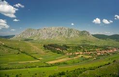 De rotsachtige berg van Piatrasecuiului in Roemenië Royalty-vrije Stock Foto