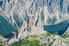 De rotsachtige bergen van Cinque Torri van dolomietalpen Stock Foto