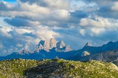 De rotsachtige bergen van Cinque Torri van dolomietalpen Royalty-vrije Stock Foto's