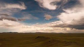 De rotsachtige bergen van Colorado onder wolken stock video