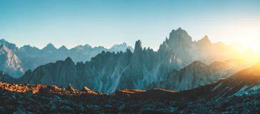 De rotsachtige bergketen van dolomietalpen in Tre Cime Di Lavaredo Stock Afbeeldingen