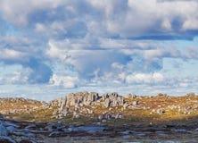 De rotsachtige dagzomende aardlagen op heldere zonnige dichtbijgelegen dag zetten Kosciuszko-top op royalty-vrije stock afbeelding