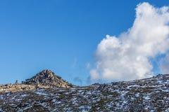 De rotsachtige dagzomende aardlagen zetten Kosciuszko-dichtbij topgang op stock afbeeldingen
