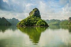 De rotsachtige eilanden van Ha snakken Baai stock afbeeldingen