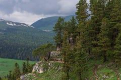 De rotsachtige helling op de achtergrond van de zachte bergen royalty-vrije stock foto's