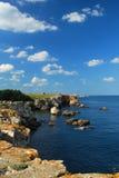 De rotsachtige kust van de Zwarte Zee - Bulgarije Stock Afbeeldingen