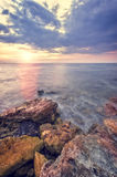 De rotsachtige kust van het overzees stock afbeelding
