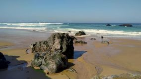 De rotsachtige kust van Portugal, golven van de Atlantische Oceaan stock video