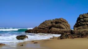 De rotsachtige kust van Portugal, golven van de Atlantische Oceaan, zandig strand stock footage