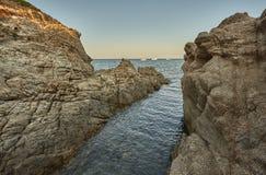 De rotsachtige kust van zuidelijk Sardinige royalty-vrije stock fotografie