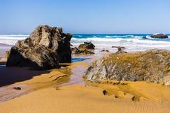 De rotsachtige kustlijn van de Atlantische Oceaan van Adraga-strand royalty-vrije stock afbeeldingen