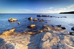 De rotsachtige kustlijn van de Oostzee Stock Foto's