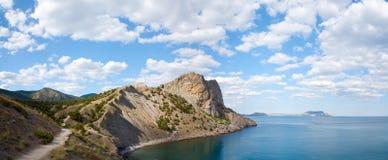 De rotsachtige kustlijn van de zomer royalty-vrije stock afbeeldingen