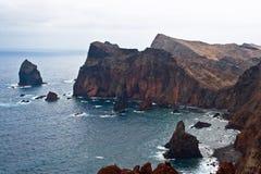 De rotsachtige kustlijn van madera Stock Fotografie