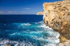 De rotsachtige kustlijnklippen deden ineenstorten dichtbij Azuurblauw venster, Gozo-eiland, royalty-vrije stock foto's