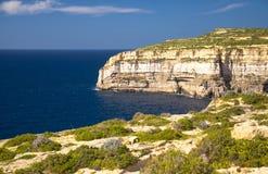 De rotsachtige kustlijnklippen deden ineenstorten dichtbij Azuurblauw venster, Gozo-eiland, stock afbeeldingen