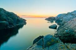 De rotsachtige lange blootstelling van de kustlijnzonsondergang Royalty-vrije Stock Foto's