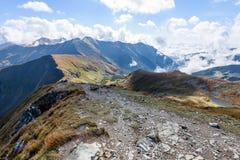 de rotsachtige mening van het berg piekgebied in Slowakije - de wijnoogst ziet eruit Royalty-vrije Stock Foto's