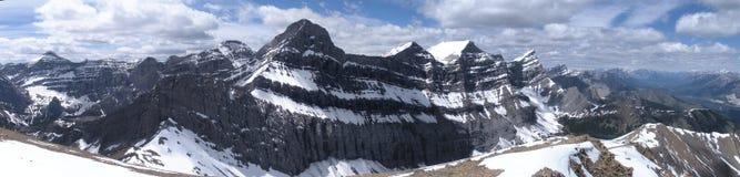 De rotsachtige mening van het bergpanorama bij het begin van de zomer Stock Fotografie
