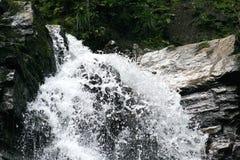 De rotsachtige muur en het dalende water Royalty-vrije Stock Fotografie