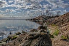 De rotsachtige Oostzee van de kustlijn stock afbeelding