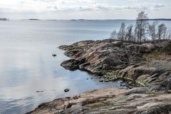 De rotsachtige Oostzee van de kustlijn stock afbeeldingen