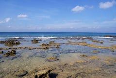 De rotsachtige overzeese kusten bij Laxmanpur-Strand, Neil Island Royalty-vrije Stock Fotografie