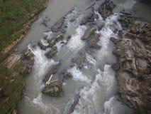 De rotsachtige rivier met ondersteunt stroom Stock Afbeeldingen