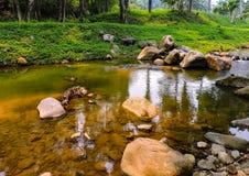 De rotsen bij de rivier stock afbeeldingen