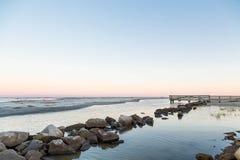 De rotsen bij Strand als Getijde gaat uit Royalty-vrije Stock Fotografie