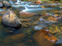 De rotsen die het water raken stock foto
