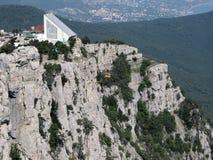 De rotsen en de kabelbaan van de Krim stock afbeelding