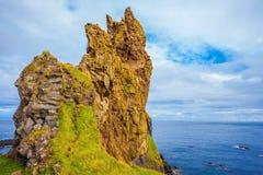 De rotsen met mos worden behandeld dat royalty-vrije stock foto's