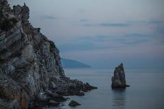 De rotsen in oceaan Stock Fotografie