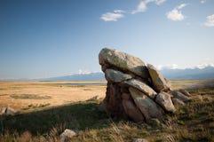 De rotsen op de berg tegen de blauwe hemel Royalty-vrije Stock Foto's