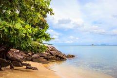 De rotsen van de het strandkustlijn van Karimunjawaindonesië Java Stock Foto