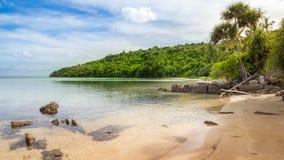 De rotsen van de het strandkustlijn van Karimunjawaindonesië Java Royalty-vrije Stock Afbeeldingen