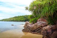 De rotsen van de het strandkustlijn van Karimunjawaindonesië Java Royalty-vrije Stock Afbeelding