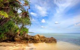 De rotsen van de het strandkustlijn van Karimunjawaindonesië Java Royalty-vrije Stock Foto's