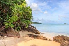 De rotsen van de het strandkustlijn van Karimunjawaindonesië Java Royalty-vrije Stock Foto