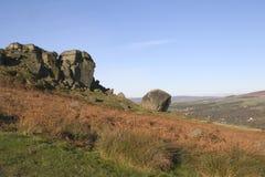 De Rotsen van de koe en van het Kalf, Ilkley leggen, West-Yorkshire vast Stock Foto