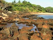 De Rotsen van de lava, Strand Kapukahehu Royalty-vrije Stock Afbeeldingen