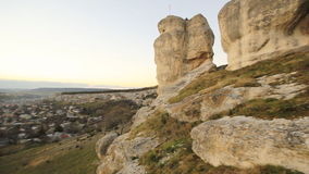 De rotsen van de zonsondergangsteen in Bahchisaray de Krim stock video