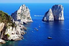 De rotsen van Faraglioni bij eiland Capri Royalty-vrije Stock Foto's