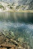De rotsen van het bergmeer en alpiene vallei Royalty-vrije Stock Afbeeldingen