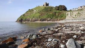 De rotsen van het Cricciethstrand en kust Noord-Wales het UK stock videobeelden