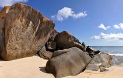 De rotsen van het graniet bij een strand Stock Afbeeldingen