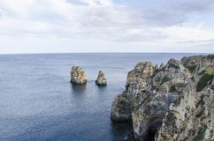 De rotsen van Lagos in Algarve, Portugal Stock Afbeeldingen