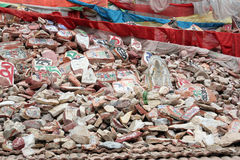 De rotsen van Mani en gebedparaplu in provincie Qinhai royalty-vrije stock afbeelding