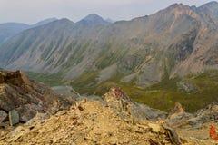 De rotsenbovenkant van de bergenvallei Stock Foto's